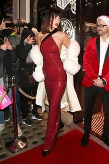 Oh là là! Bella Hadid ist im hautengen Pailletten-Kleid von Ralph Lauren und weißem Mantel schon richtig in Weihnachtsstimmung.