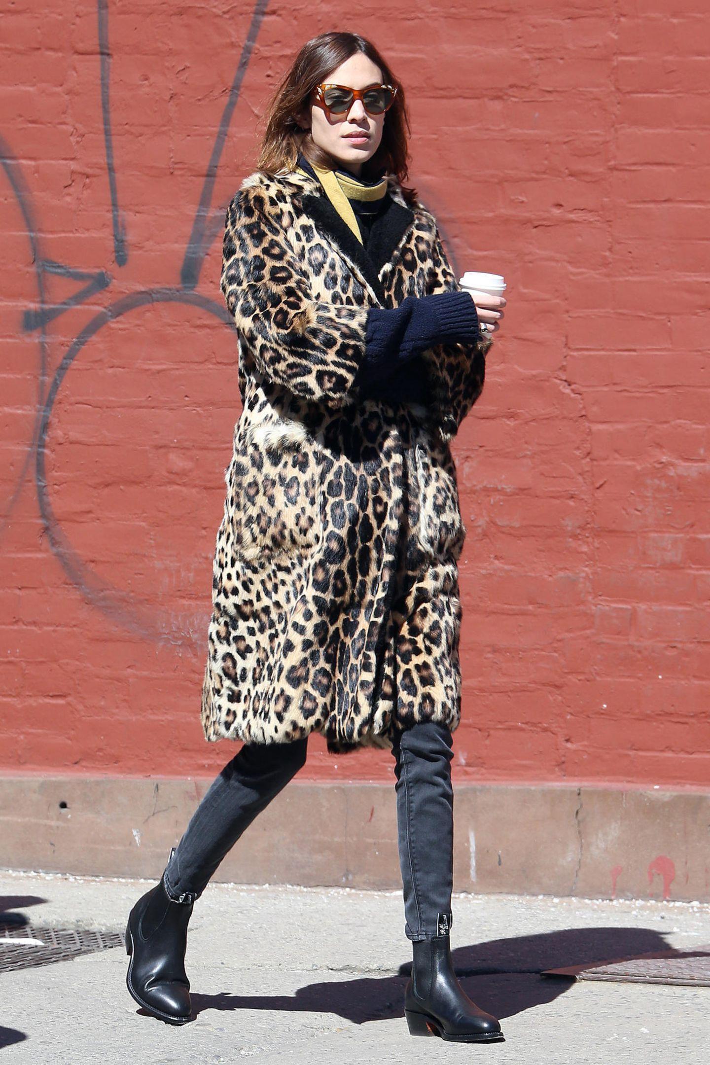 Viel lässiger ist dagegen Alexa Chung unterwegs. Das It-Girl setzt auf den Londoner Chic und schlüpft in groben Strick, eine einfach Jeans und derbe Boots.