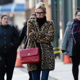 Von London nach New York: Das tierisch kuschelige It-Piece hat auch Nicky Hilton für sich entdeckt, die darunter ihren Babybauch warm hält. Zu dem Trendteil kombiniert sie einen Klassiker, die gesteppte Chanel-Tasche mit Logo-Verschluss.