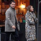 Nachdem man Sophia Thomalla mit ihrem Ex, Till Lindemann, auf dem Berliner Weihnachtsmarkt gesehen hatte, ist sie kurz vor dem Fest doch wieder mit Gavin Rossdale unterwegs. Dabei geht es besonders kuschelig zu: Sie trägt einen Mantel aus Leo-Fakefur und liegt damit total im Trend.