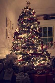 Supermodel Miranda Kerr ist total aus dem Häuschen: Ihr Weihnachtsbaum ist an wunderschöner Festlichkeit nicht zu überbieten.