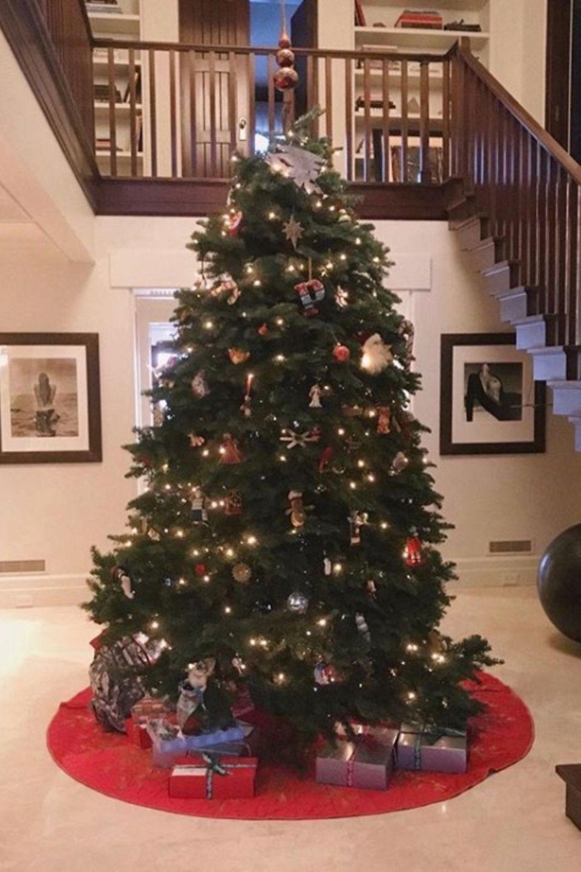 """Cindy Crawford drückt es genau richtig aus: """"Es fängt an, nach Weihnachten auszusehen!"""" Ihr Weihnachtsbaum kann sich wirklich sehen lassen."""