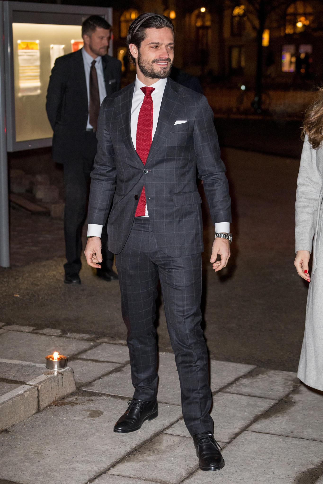 Das spannt aber ein bisschen! Der karierte Anzug von Prinz Carl Philip hat schon mal besser gepasst...