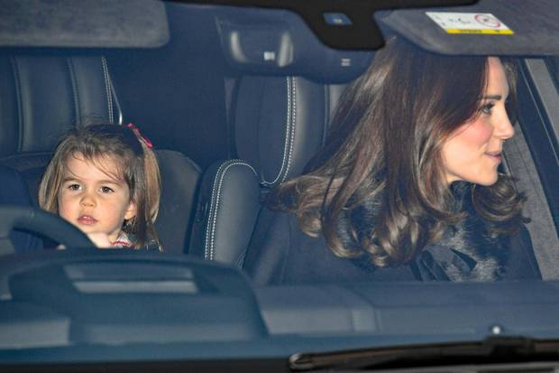 Prinzessin Charlotte mit Mama Kate auf dem Weg zum Weihnachtslunch bei Queen Elizabeth.