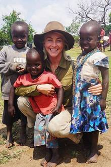 """Julianne Hough engagiert sich gemeinsam mit der Organisation """"Charity: Water"""" für sauberes Trinkwasser in Afrika und macht sich vor Ort ein Bild der Lage."""