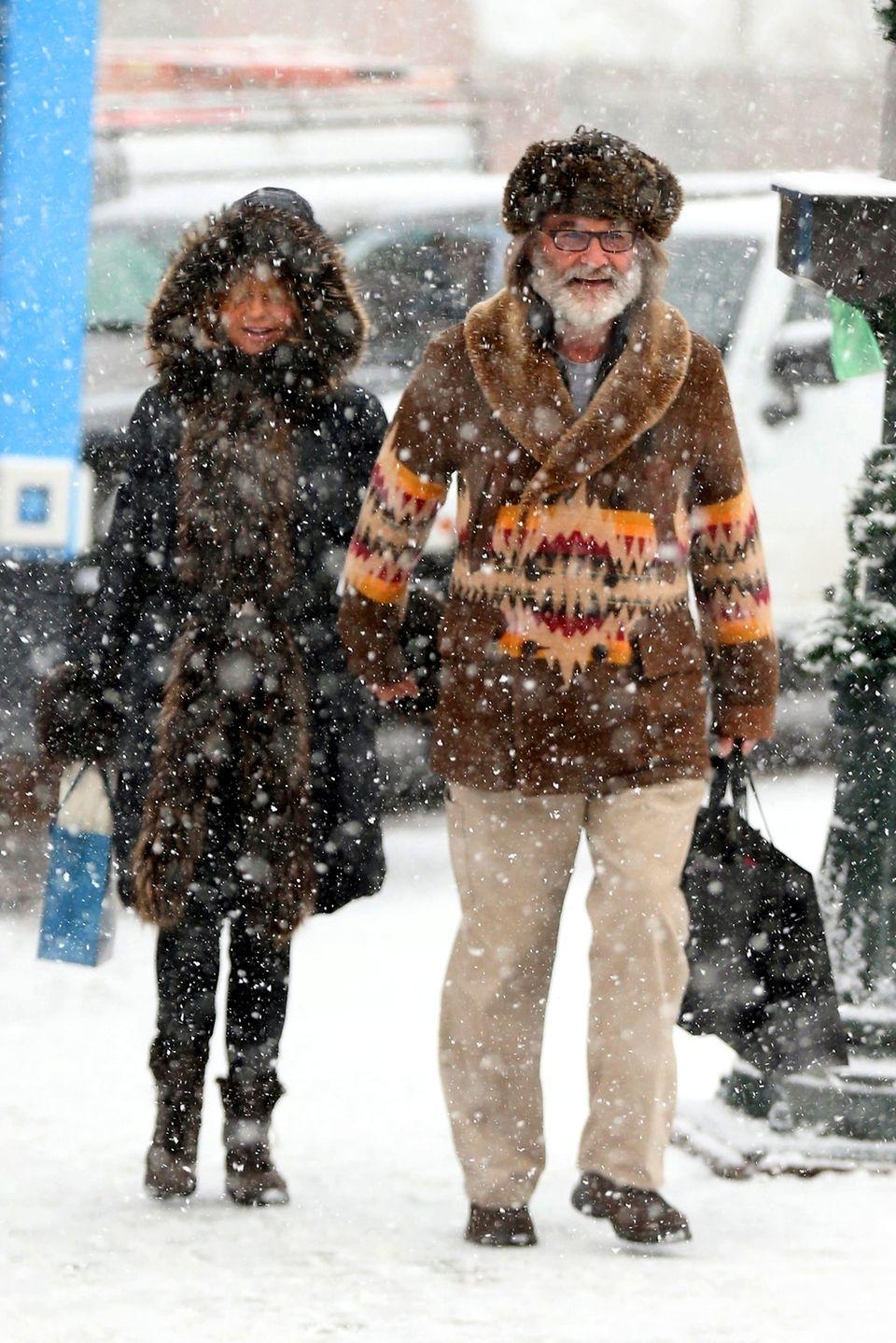 Goldie Hawn und Kurt Russell kämpfen sich in Aspen Hand in Hand durchs Schneegestöber, um noch die letzten Weihnachtseinkäufe zu erledigen.