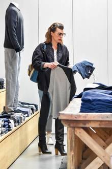 22. Dezember 2017  Milla Jovovich sieht sich bei James Perse in Los Angeles auf den letzten Drücker noch nach Weihnachtsgeschenken um.