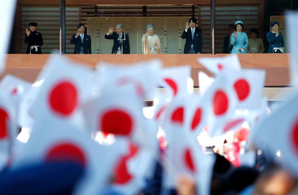 23. Dezember 2017  KaiserAkihito feiert heute seinen 84. Geburtstag. Dabei präsentiert er sich wie in jedem Jahr mit seiner Familie bei der öffentlichen Zeremonie im Kaiserpalast in Tokio.