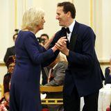 Hier wird das Tanzbein geschwungen: Bei einer Teeparty im Londoner Buckingham Palace legt Herzogin Camilla eine Flotte Sohle aufs Parkett .Zu der Party hat Camilla in ihrer Eigenschaft als Präsidentin der National Osteoporosis Society geladen.
