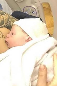 """23. Dezember 2017  Bam Margera und seine Frau Nicole Boyd sind Eltern geworden. Aus dem Krankenhaus postet der """"Jackass""""-Star ein Bild seines neugeborenen SohnesPhoenix Wolf."""