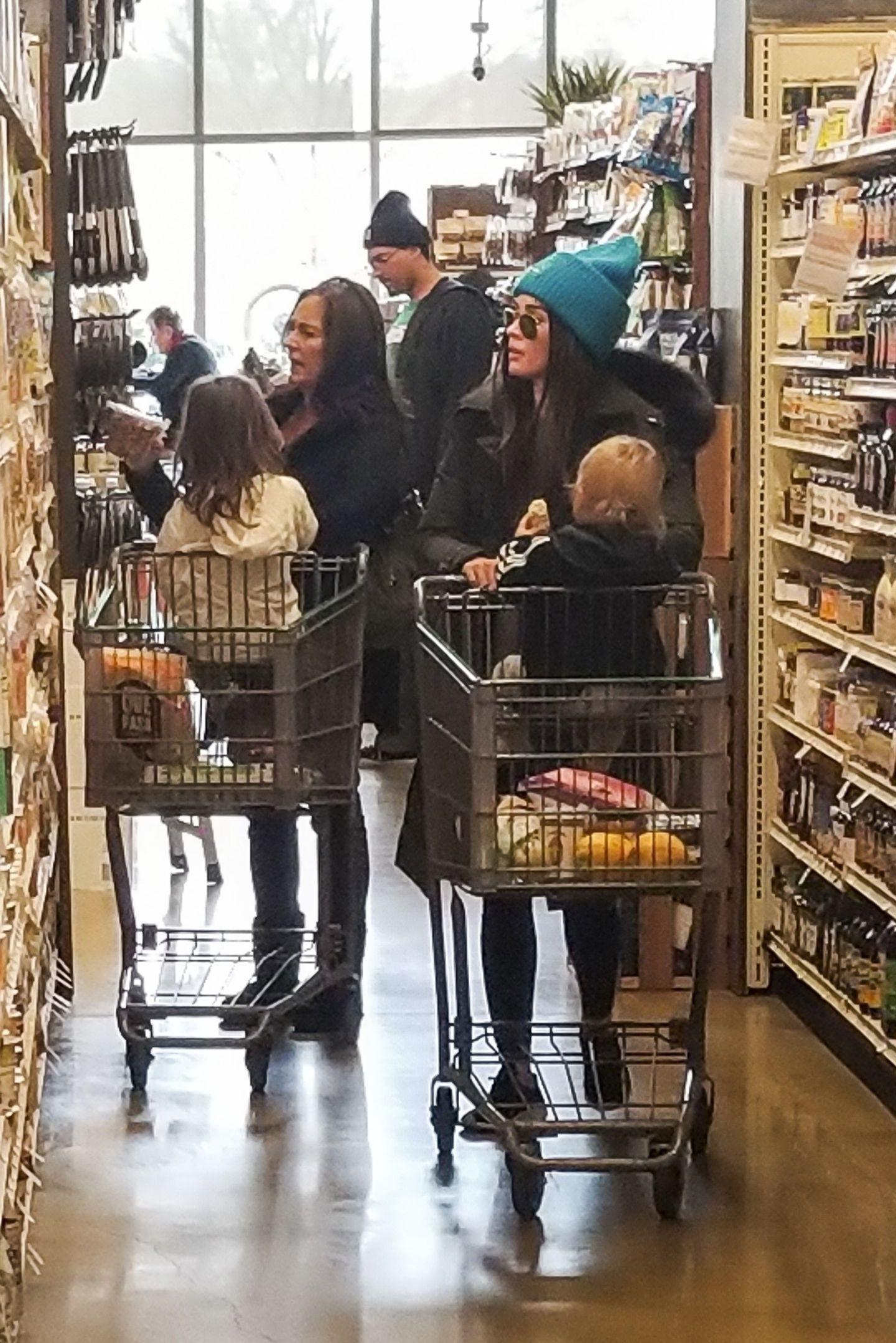 Megan Fox stürzt sich in Los Angeles ins Getümmel, um die letzten Einkäufe für die Feiertage zu erledigen. SöhnchenJourney River sitzt dabei ganz geduldig im Einkaufswagen.