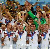 Bei der Fußball-WM 2014 konnte Deutschland jubeln. Mit 1:0 ging die Mannschaft von Jogi Löw gegen Argentinien als Sieger vom Platz. Wir drücken die Daumen, dass sich das bei der WM 2018 in Russland wiederholt. Das erste Spiel der Deutschen ist am 17. Juni 2018.