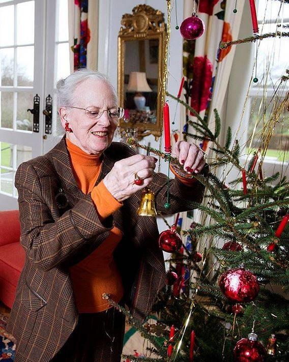 24. Dezember 2017  Königin Margrethe schmückt liebevoll den Weihnachtsbaum aufSchloss Marselisborg.