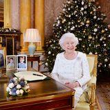 24. Dezember 2017  Wie in jedem Jahr wird die zuvor im Buckingham Palace aufgezeichnete Weihnachtsansprache von Queen Elizabeth ausgestrahlt. Ein schönes Detail sind auch die Familienfotos auf dem Schreibtisch der Königin.