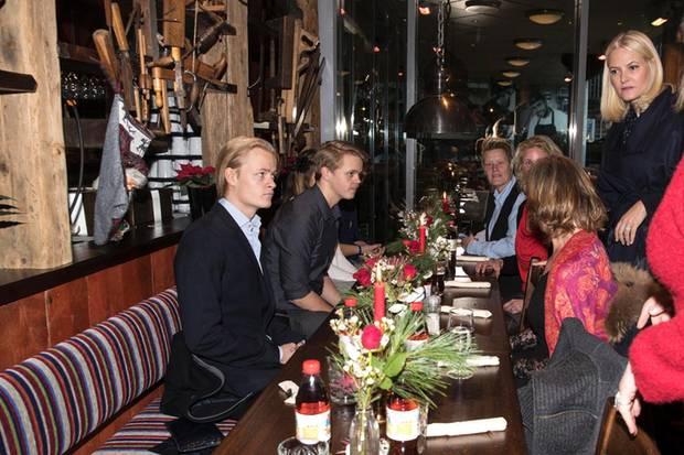 Auftritt mit Seltenheitswert: Marius Borg Høiby beim Weihnachtsessen in einem Osloer Einkaufszentrum.