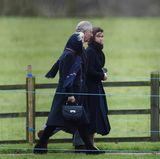 Herzogin Camilla, Prinz Charles und Lady Sarah Chatto eilen in Richtung Kirche.