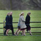 Gräfin Sophie von Wessex, Autumn Phillips, Prinzessin Eugenie, Prinz Philip, Peter Phillips undTimothy Laurence kommen zum Gottesdienst. Zu Fuß.