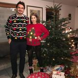 """Mats und Cathy Hummels haben sich in Schale geworfen und zum Fest der Liebe ihre """"schönsten"""" Pullover angezogen."""