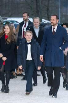24. Dezember 2017  Prinz Haakon kommt mit seinen beiden Kindern Ingrid Alexandra und Sverre Magnus zum Gottesdienst in Asker. Ehefrau Mette-Marit ist nicht dabei, dafür hat sich aber Stiefsohn Marius Borg Høiby hinzugesellt. Ein seltener Auftritt mit der Familie für ihn!