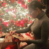 Unter dem festlich geschmückten Tannenbaum warten auf Jennifer Lopez reichlich Geschenke zum Auspacken.