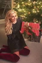 Vorfreude ist die schönste Freude: Auch bei Verena Kerth, die sich gespannt an die schön verpackten Geschenke macht.