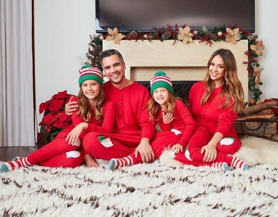 Bei dem Anblick von Familie Alba in gemütlichen Weihnachts-Schlafanzügen, wollen wir uns auch gleich wieder einkuscheln.
