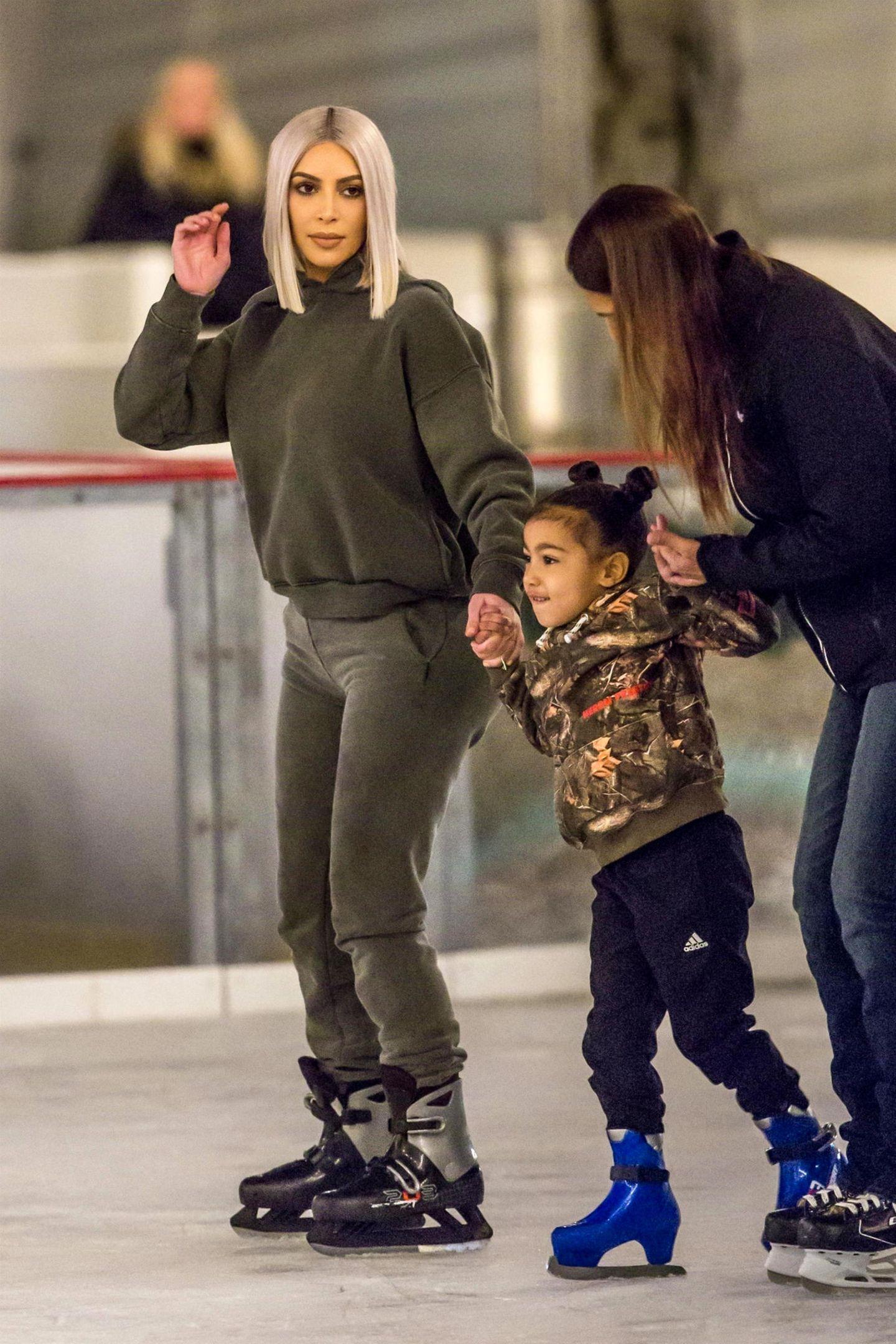 Die Kardashians machen einen Ausflug zur Schlittschuhbahn. Kim Kardashian wagt sich mit North auf das Eis ...