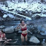 Baby, it's cold outside: Tallulah Willis härtet sich bei einem Bad im eisigen Fluss ab.