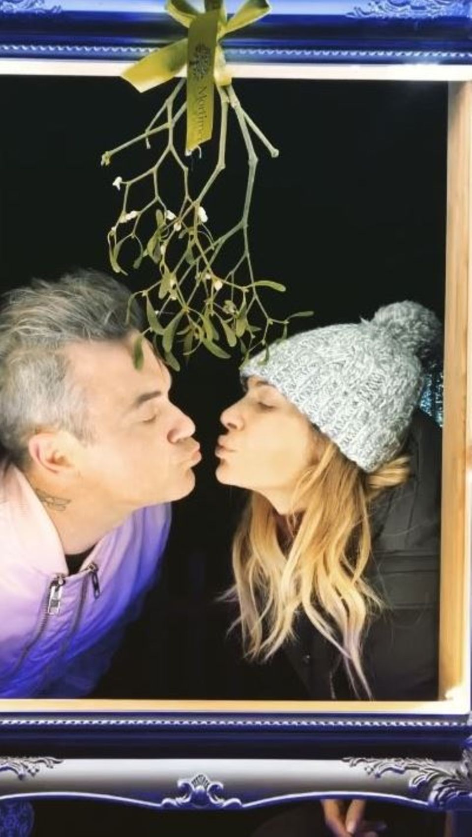 8. Dezember 2017  Robbie Williams und Ayda Field küssen sich unter dem Mistelzweig.
