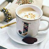 Für ihren Kaffee hat Jennifer Lopez ihre eigene Tasse und einen Keks in Herzform gibt es auch noch dazu.