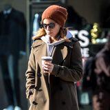 Warm eingepackt spaziert Kate Mara mit einem Heißgetränk durch New York.