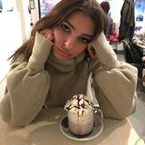 Emily Ratajkowski ist völlig durchgefroren. Da hilft nur noch eine heiße Schokolade.