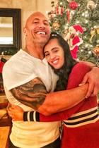 """Weihnachtsharmonie bei den Johnsons: Dwayne alias """"The Rock"""" umarmt ganz stolz seine Tochter Simone. Stolz kann er auch sein, sie ist nämlich diesjährige Golden-Globe-Botschafterin."""