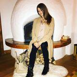Gemütlich gestylt mit langem Cardigan, festen Schnee-Boots und luxuriöser Hermès-Bag ist Cathy Hummels glücklich im Winterurlaub angekommen. Nur überrascht auf dem Foto, dass ihre runde Babykugel nicht wirklich gut zu sehen ist. Ob sie was verheimlicht? Wahrscheinlich ist es doch nur die Perspektive und das lockere Outfit, die den Babybauch verstecken.