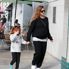 Sportlich in Schwarz-Weiß ist die hochschwangere Jessica Alba mit Töchterchen Haven zum Mittagessen unterwegs.