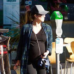 Wird's etwa ein Silvester-Baby? Lang kann es bei Jessica Alba nämlich wirklich nicht mehr dauern. Ihren kugelrunden Babybauch trägt sie auch fast nur noch in sportlich bequemen Outfits herum.