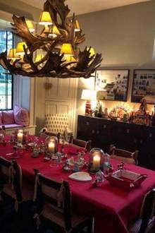 Claudia Schiffer gewährt Fans einen Einblick in das weihnachtlich gedeckte Esszimmer ihres wunderschönen Hauses in Notting Hill, London.