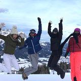 Mandy Grace Capristo, Model Sara Nuru, Sängerin Femme Schmidt und Saras Schwester Sali Nuru zeigen ihren Fans, wie viel Spaß die verschneiten Berge machen können.