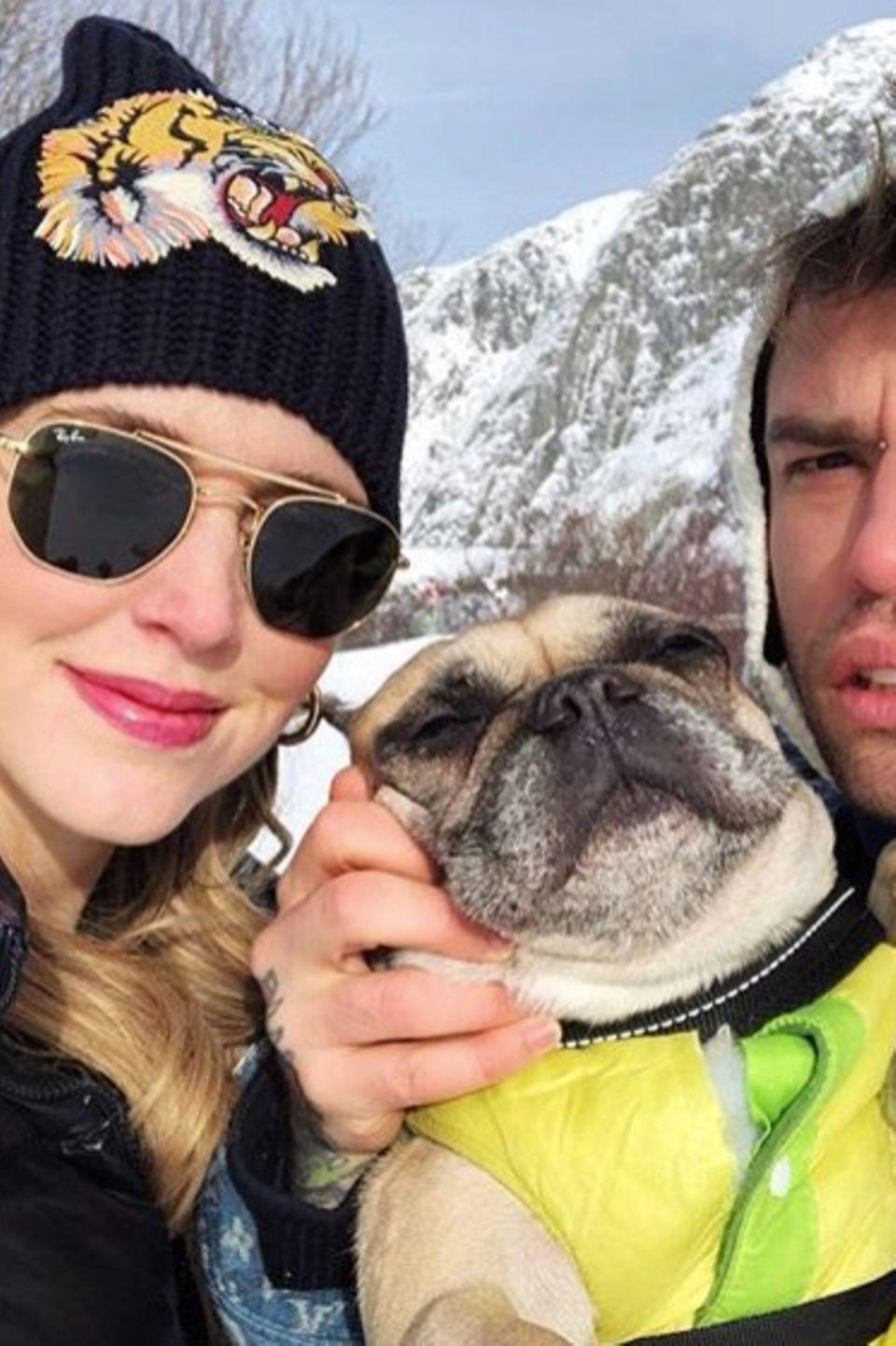 """""""Familieporträt"""", postet Chiara Ferragni scherzend. Vor winterlicher Kulisse zeigt sich die schwangere Modebloggerin mit ihrem Verlobten Fedez und ihrem drolligen Mops."""