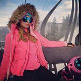 """""""Aspen Barbie"""", postet Paris Hilton. Im pinken Ski-Dress ist das It-Girl mit der Seilbahn unterwegs in die Skigebiete über der Kleinstadt Aspen."""