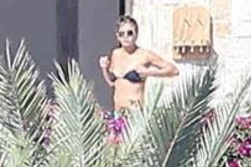Jennifer Aniston sonnt sich alleine am Pool. Justin wiederum kommt erst dorthin, als sie schon wieder verschwunden ist.