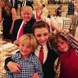 Auch ein Präsident macht mal Unsinn - der eine mehr, der andere weniger: Donald Trump Jr postet diesen süßen Schnappschuss seiner Söhne Tristan und Spencer, die beim Weihnachtsessen mit Barron Trump herumalbern. Auf den zweiten Blick fällt noch einer auf, der herumalbert; Präsident Donald Trump verleiht seinem Sohn Barron kurzerhand Hasenohren.