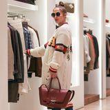 Dieser Star versteckt sich für einen Shoppingbummel in LA hinter einer XXL-Sonnenbrille und unter einer riesigen Strickjacke. Doch ihre Handtasche verrät sie: Es ist Jennifer Lopez, die sich beim Einkaufen mit ihrem Freund für einen ungewohnt legeren Look entscheidet. Timberlands, Jeans und Schlabberjacke kennen wir sonst gar nicht von ihr...