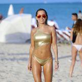 Sylvies sexy Strand-Show: Mit Topfigur und im goldenen Monokini zur rot verspielgelten Pilotenbrille ist Neu-Single Sylvie Meis am Miami Beach der absolute Hingucker. Und das ist nicht ihr einziger Look.