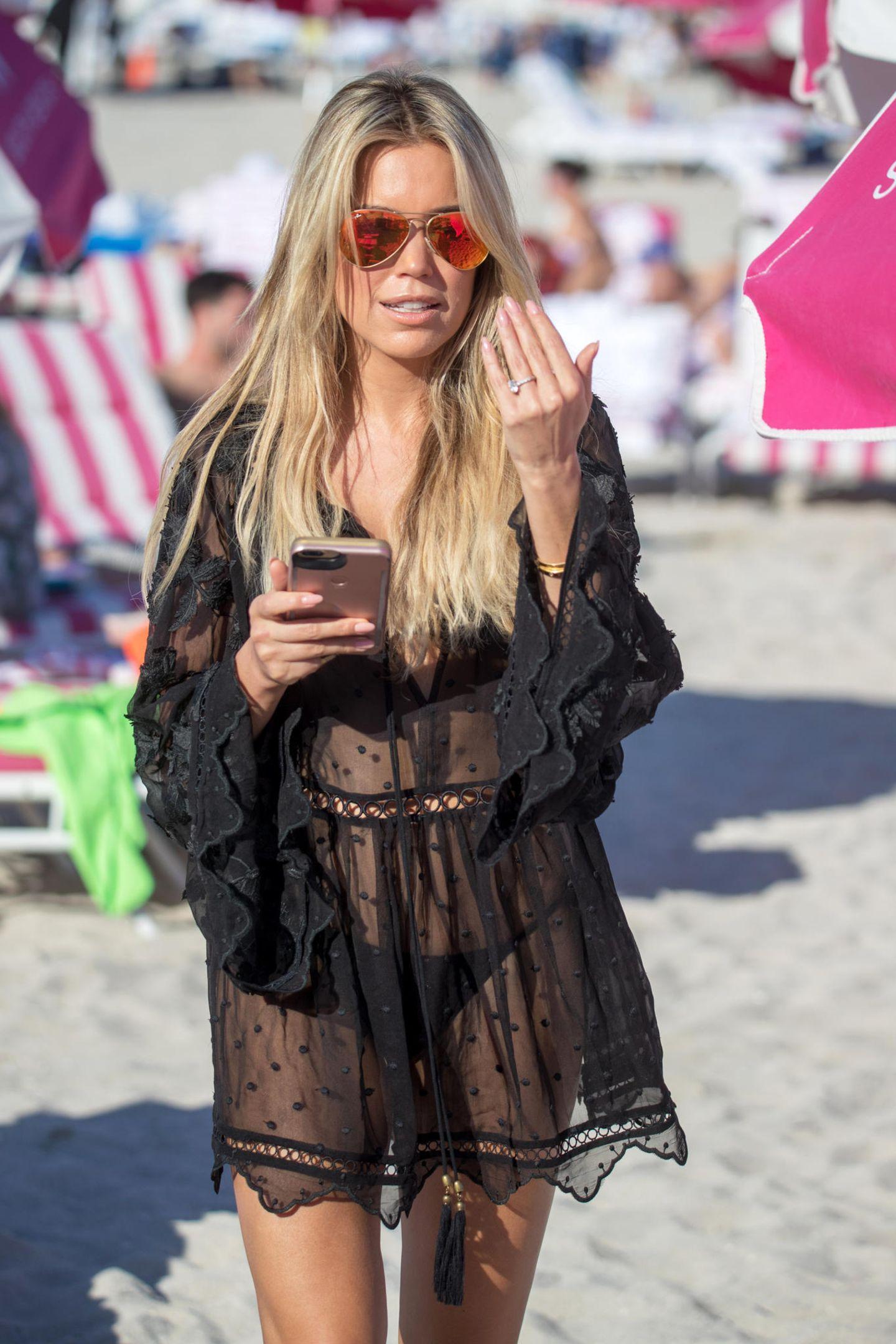 Pausen müssen auch mal sein, und für die wirft sich Sylvie dieses Spitzen-Strandkleid über ihren Traumbody.