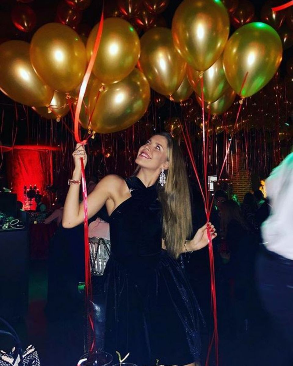 In dem mit goldenen Luftballon geschmückten Club Olivia Valere macht Victoria Swarovski an Silvester Party.