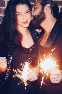 Mit Wunderkerzen und einem Kuss besiegeln Rebecca Mir undMassimo Sinató den Start ins neue Jahr.