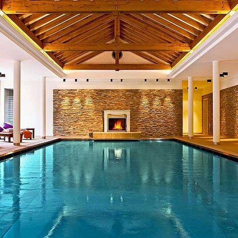 Spitzengewinn: Ein Wellness-Wochenende. Sie können diesen Indoor-Pool in vollen Zügen genießen