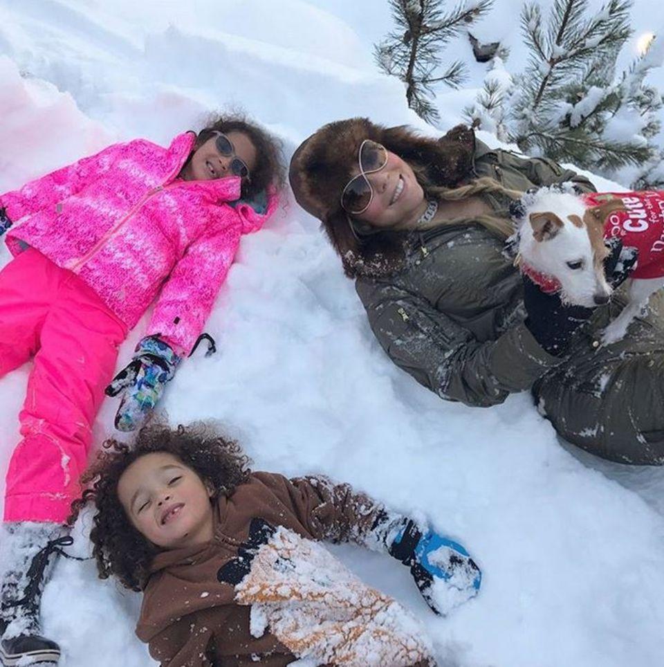 Mariah Carey und ihre Zwillinge machen Familienfotos im Schnee.