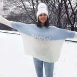 Olivia Culpo hat den passenden Pullover zum Winterwetter angezogen.